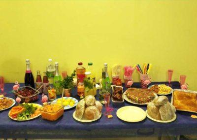 שולחן כיבוד ואוכל